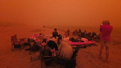 Australia fires: Thousands flee to beach to escape