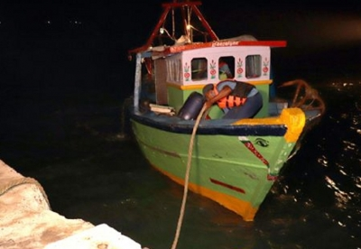 Navy apprehends 04 Indians for poaching Sri Lankan waters