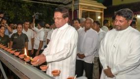 """President joins """"Aaloka Pooja"""" at Kelaniya Rajamahaviharaya"""