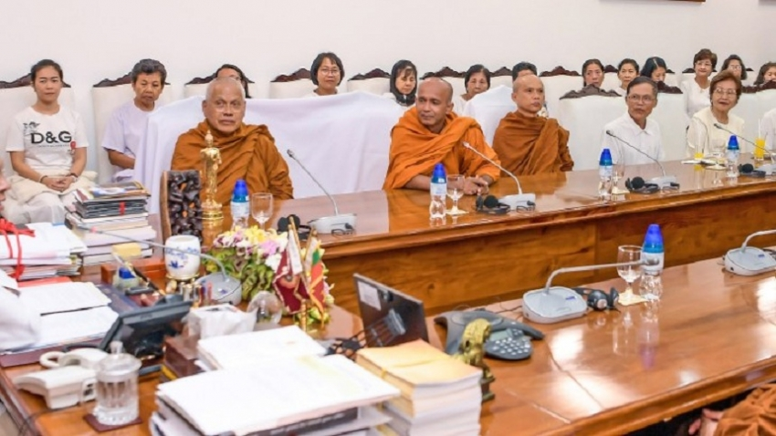 Thai buddhist delegation including Maha Nayaka Theros meets President