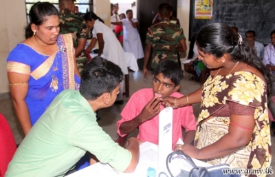 Army organizes a mobile clinic for Pooneryn civilians